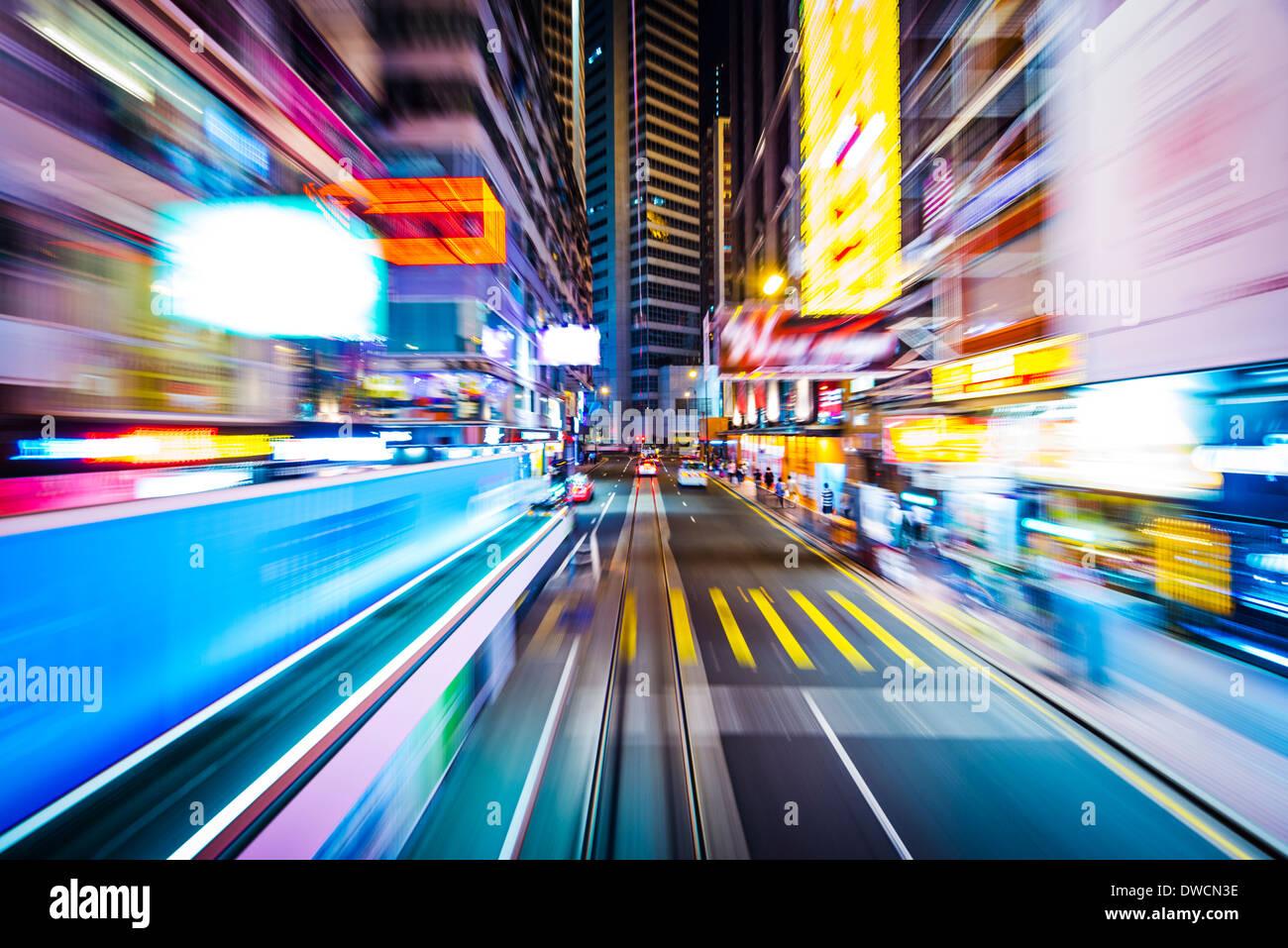 Hong Kong e la Cina la sfocatura in movimento attraverso la città da un tram. Immagini Stock