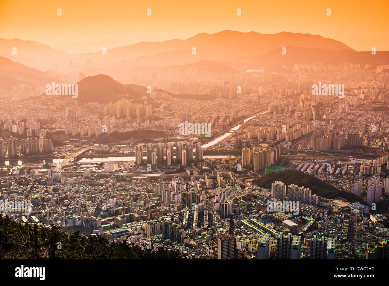 Busan, Corea del Sud nebuloso skyline al tramonto. Immagini Stock