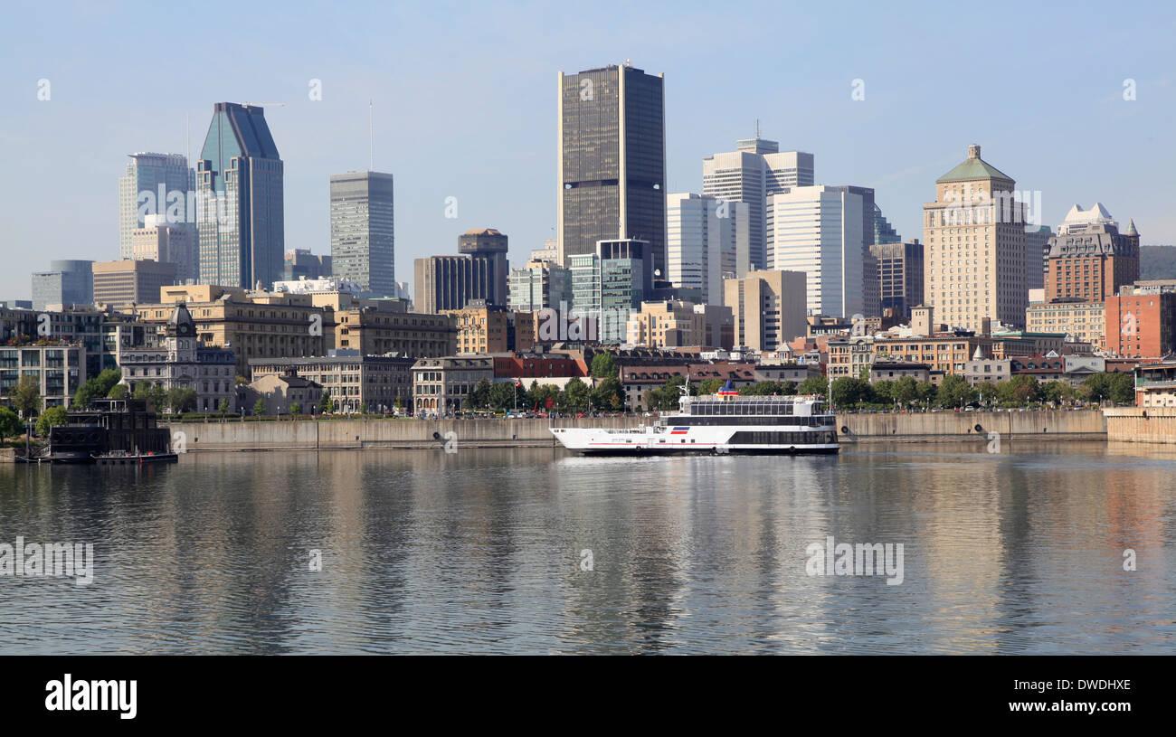 Lo skyline di Montreal e la barca di crociera sul fiume San Lorenzo Immagini Stock