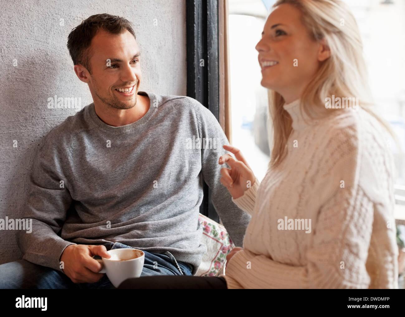 Felice coppia giovane trascorrere del tempo di qualità presso il cafe Immagini Stock