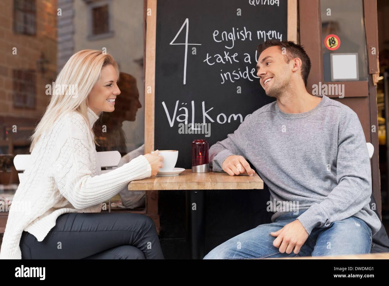 Coppia giovane trascorrere il tempo libero a outdoor cafe Immagini Stock