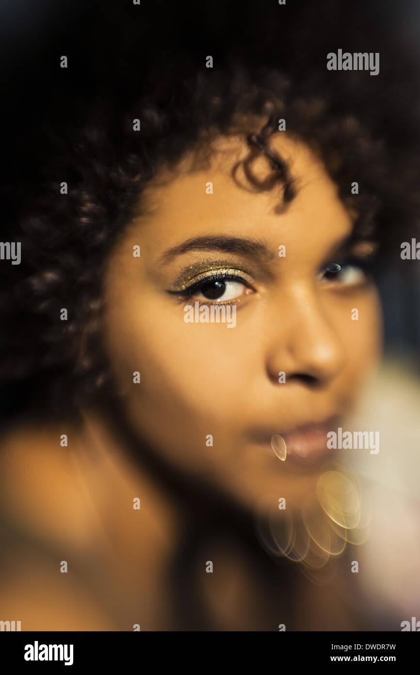 Ritratto di donna Afroamericana con golden eye shadow Immagini Stock