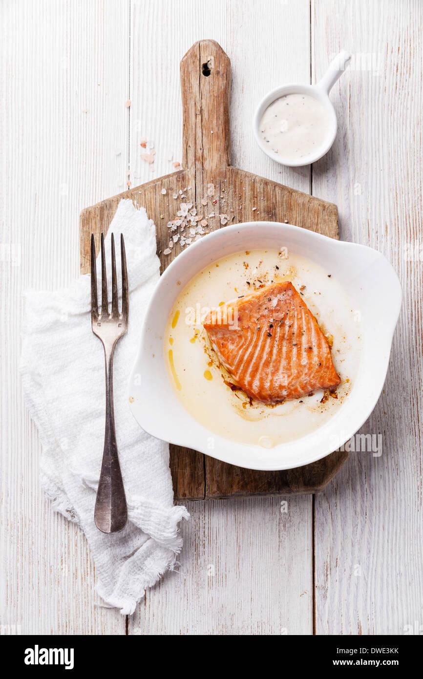 Salmone cotto in una ciotola su una tavola di legno Immagini Stock