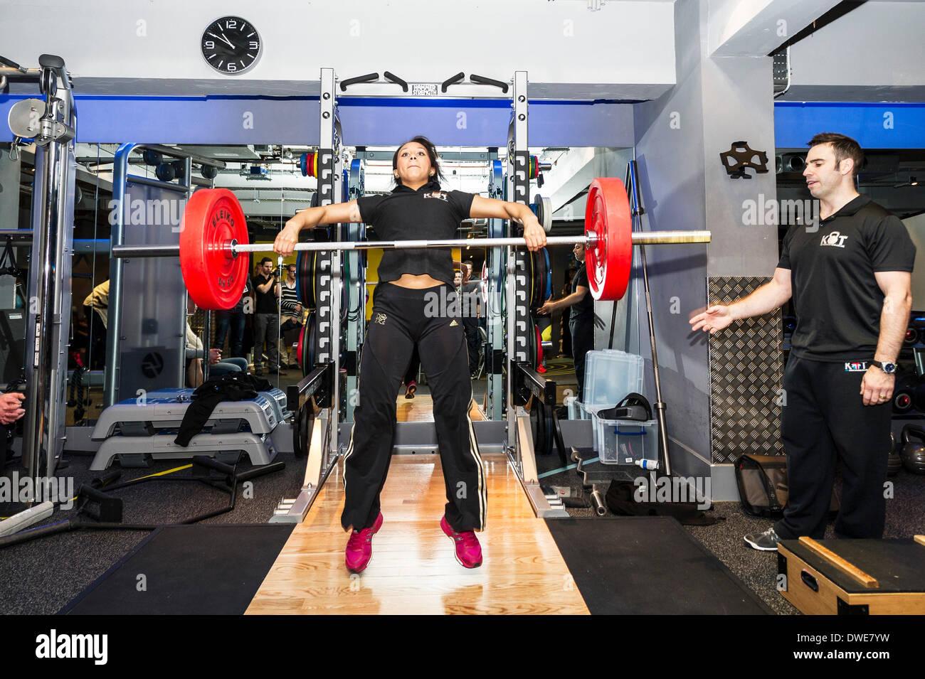 Londra, Regno Unito. Giovedì 6 marzo. 2014: Zoe Smith, inglese weightlifter e Olympian al lancio della BodyPowerExpo conferenza stampa. Zoe, che ora è un KBTEducation atleta sponsorizzato e funziona come parte del team KBTEducation, ha dato una serie di dimostrazioni in tecniche di sollevamento pesi allenata da Sam Dovey.. Fotografo; Gordon Scammell/Alamy Live News. Immagini Stock