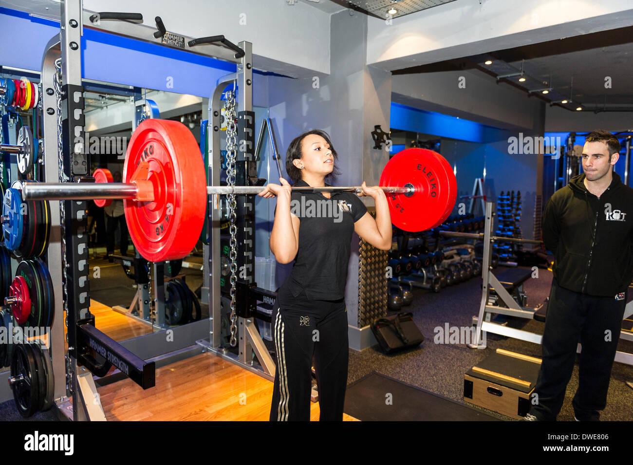 NEC di Birmingham, UK. Giovedì 6 marzo. 2014: Zoe Smith, inglese weightlifter e Olympian al lancio della BodyPowerExpo conferenza stampa. Zoe, che ora è un KBTEducation atleta sponsorizzato e funziona come parte del team KBTEducation, ha dato una serie di dimostrazioni in tecniche di sollevamento pesi allenata da Sam Dovey.. Fotografo; Gordon Scammell/Alamy Live News. Immagini Stock