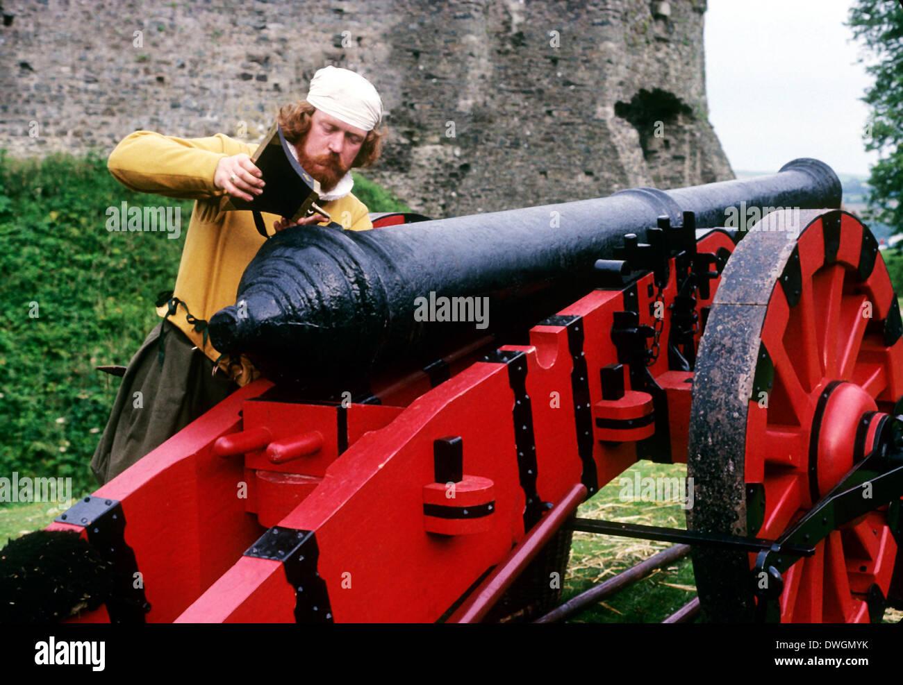 Inglese carico di artigliare il cannone, Tudor Periodo dal XVI secolo, rievocazione storica armi artiglieria armi Immagini Stock