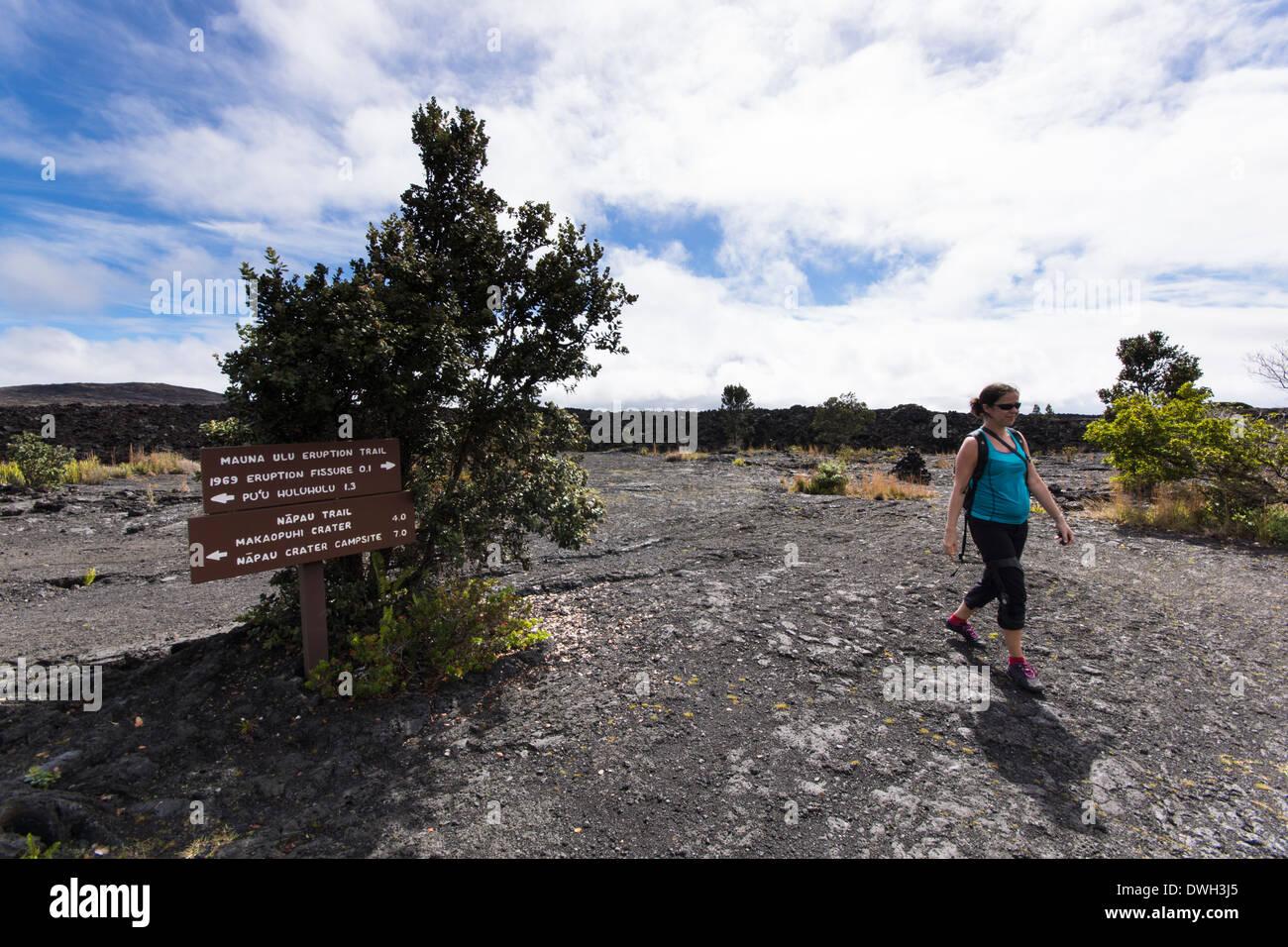 Escursionista femmina al sentiero per il Mauna Ulu eruzione Trail e Pu'u Huluhulu Trail. Vulcani delle Hawaii Nat. Parco, Big Island delle Hawaii, Immagini Stock