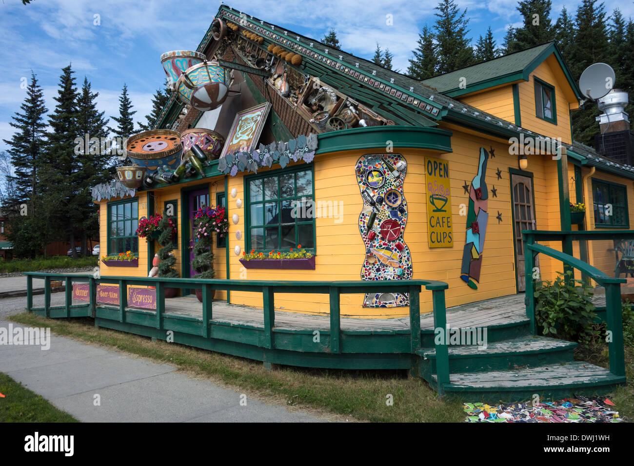 Storefront inusuale affascinante del Cafe Ristorante Cups, Omero, Alaska, STATI UNITI D'AMERICA Immagini Stock