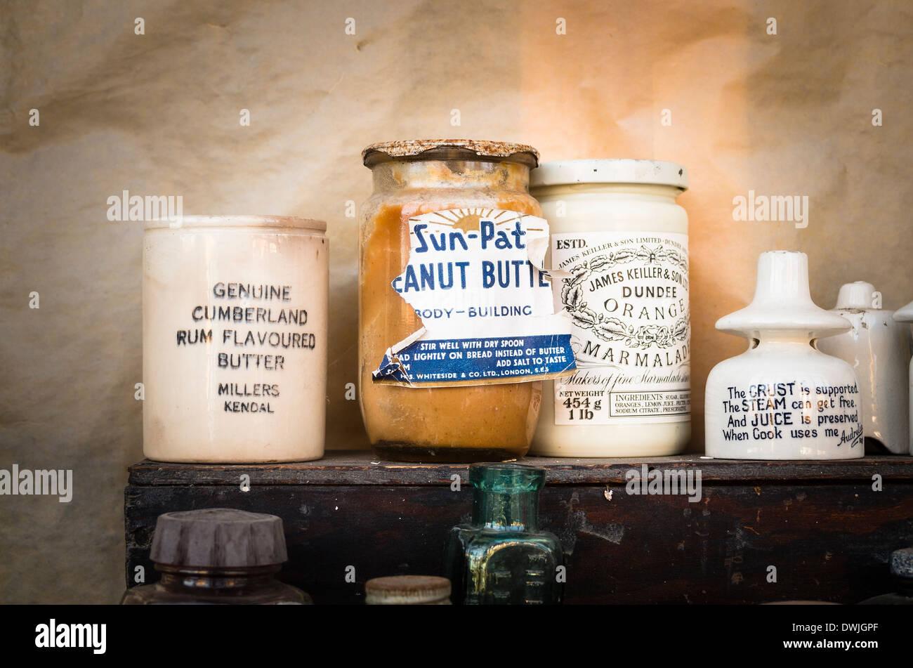 Vecchi contenitori di cibo da quaranta e cinquanta NEL REGNO UNITO Foto Stock