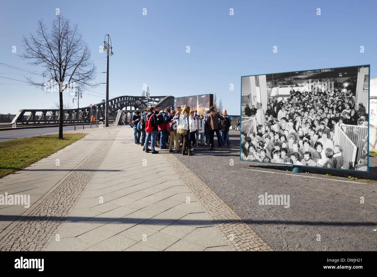 Bornholmer Strasse ponte con schede foto della caduta del muro di Berlino, Berlino, Germania Immagini Stock