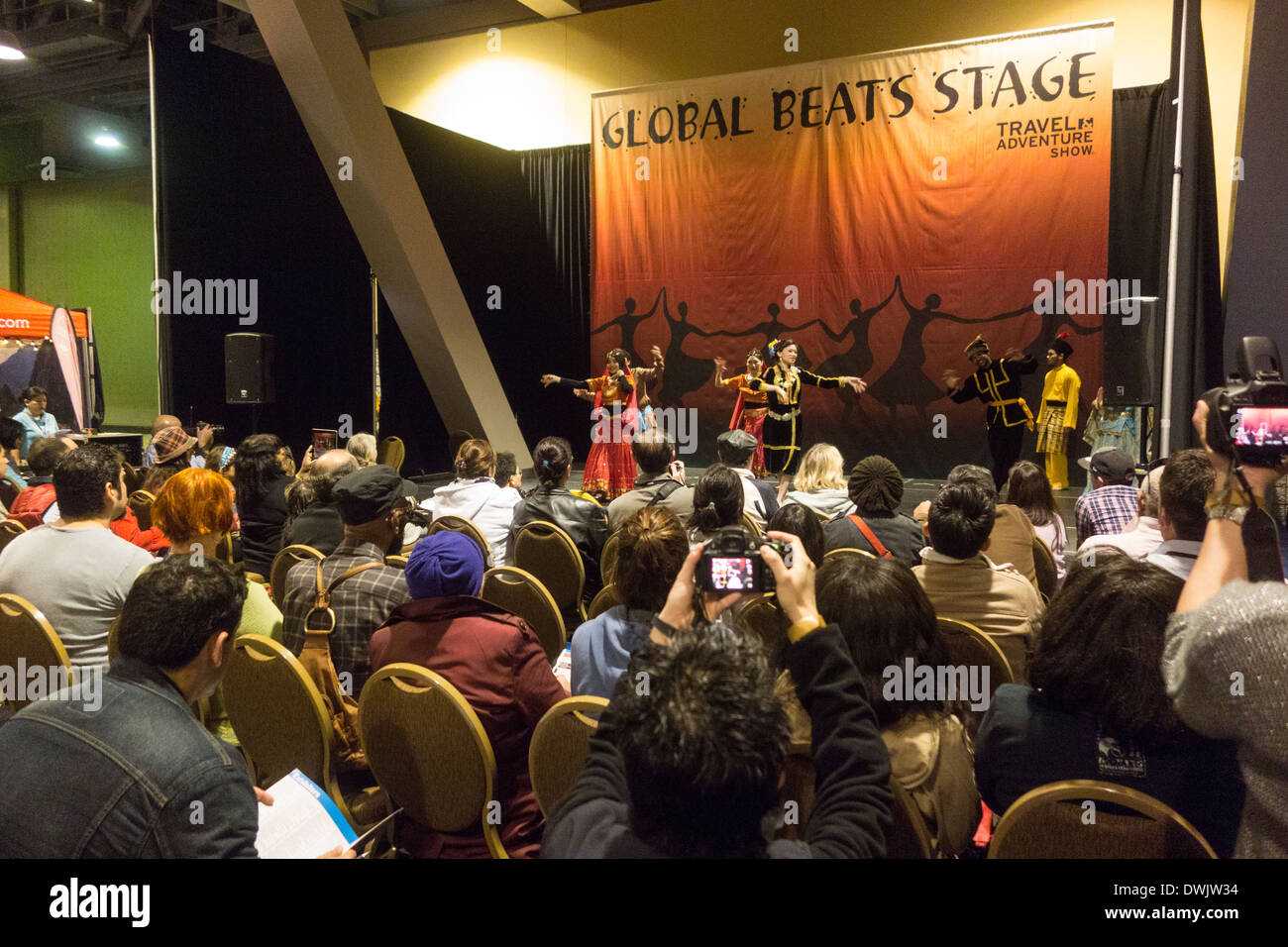 Performance di danza da ballerini asiatici in abito tradizionale al Travel Trade Show di Los Angeles in California negli Stati Uniti Foto Stock