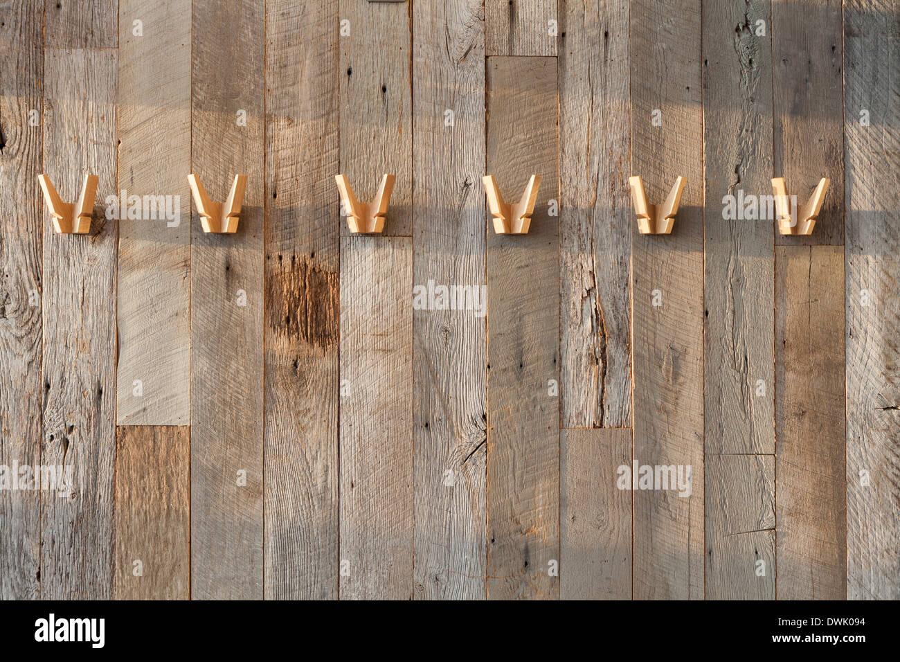 Rivestimento in legno appendiabiti in legno parete rigenerati foto