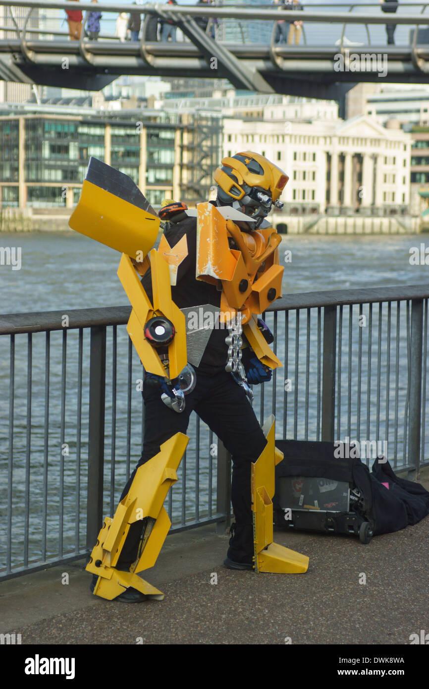 L'artista di strada in costume robot Londra Immagini Stock