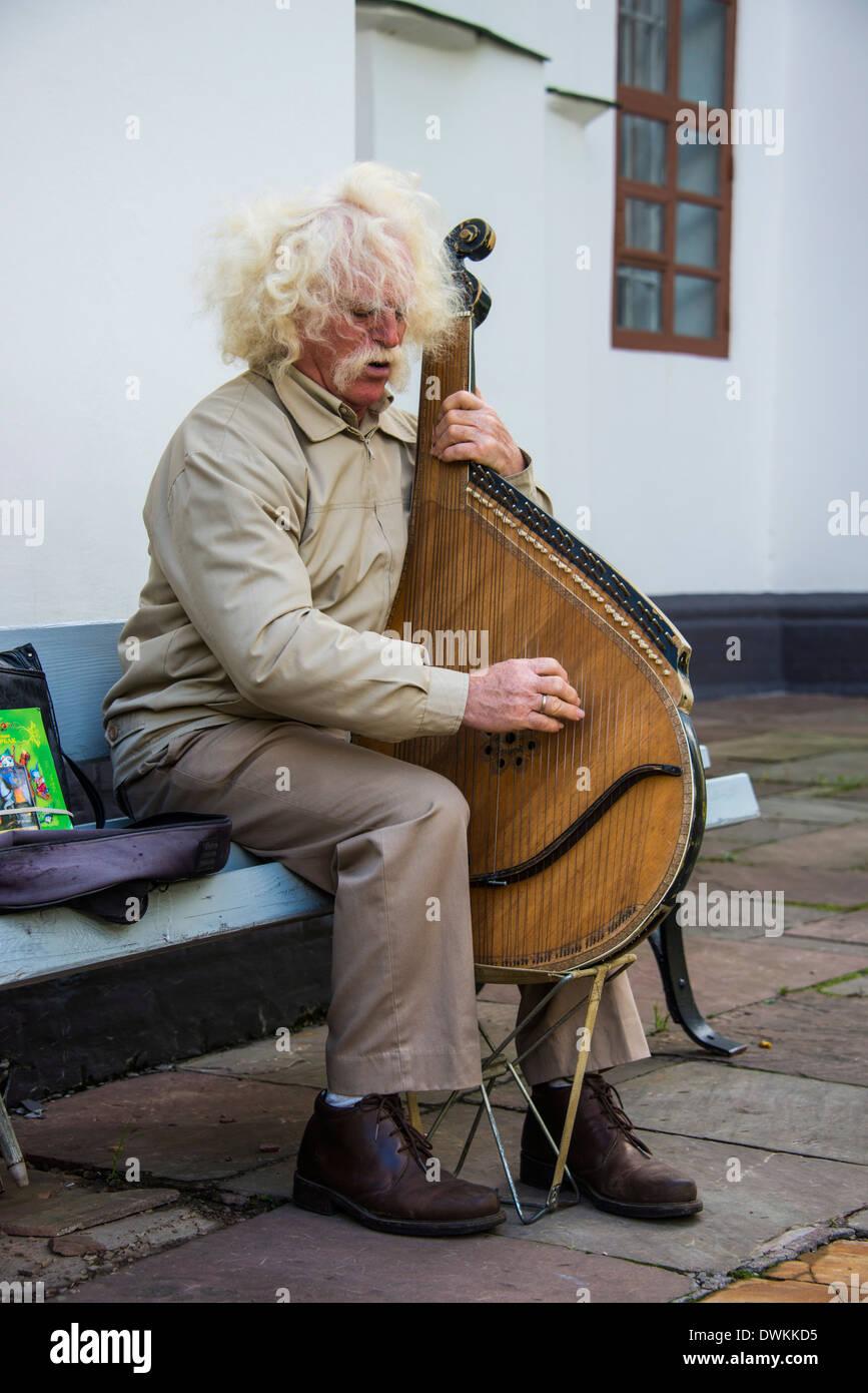 L'uomo gioca il tradizionale strumento Bandura, San SophiaÂ's Cathedral, Kiev, Ucraina, Europa Immagini Stock