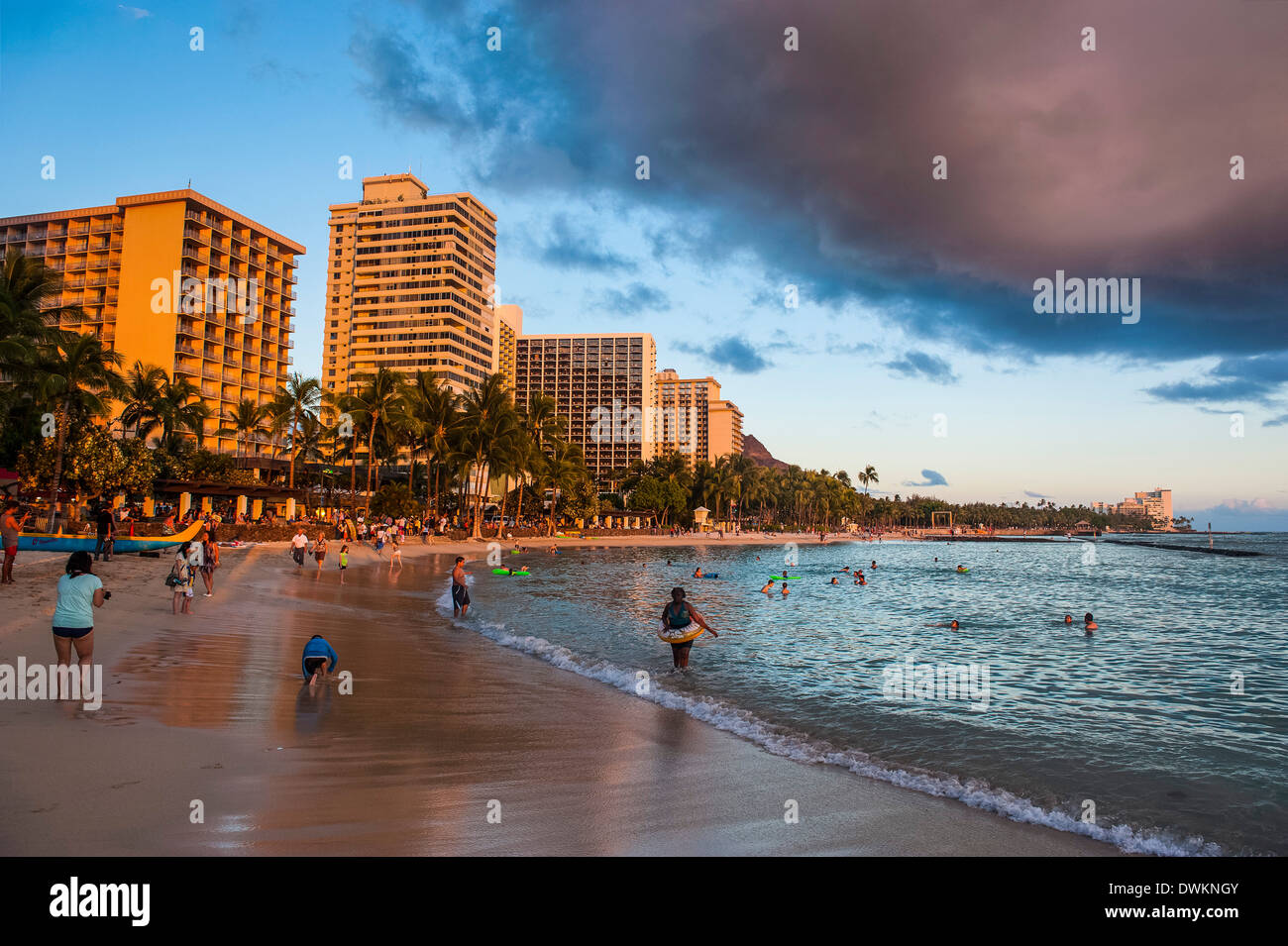 Nel tardo pomeriggio sole sopra gli hotel sulla spiaggia di Waikiki di Oahu, Hawaii, Stati Uniti d'America, il Pacifico Immagini Stock