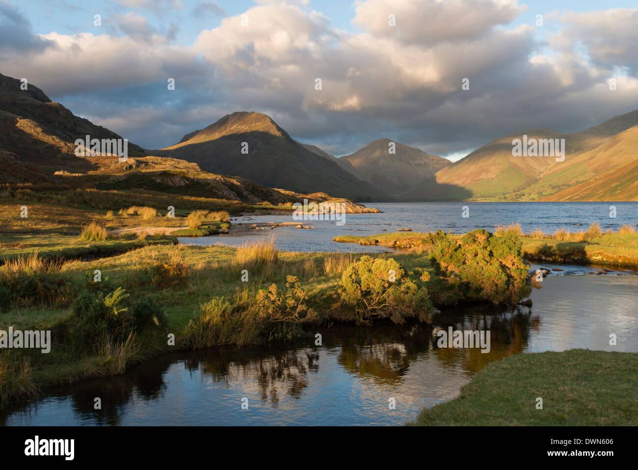 Bella tardo autunnale di luce a Wastwater, Parco Nazionale del Distretto dei Laghi, Cumbria, England, Regno Unito, Europa Immagini Stock