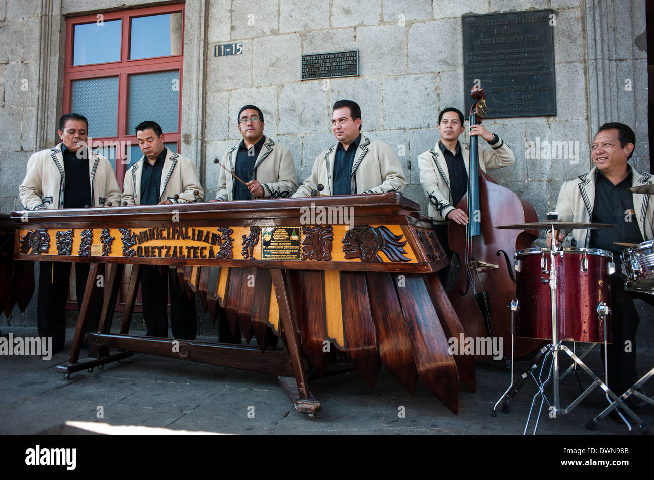 Una Marimba band suona al di fuori della storica Casa de la Cultura in Quetzaltenago, Guatemala. Immagini Stock