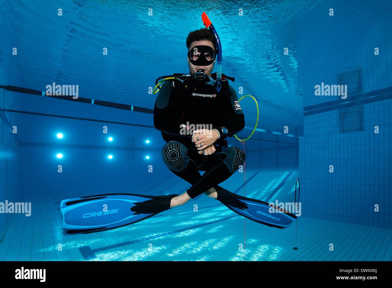 Addestramento subacqueo, bilanciamento in una piscina, Norimberga, Baviera, Germania Immagini Stock