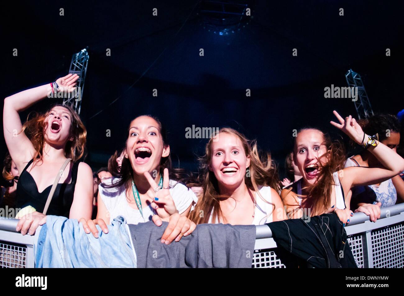 Gruppo di 4 ragazze giovani entusiasti in prima fila ad una Bažant Pohoda music festival Immagini Stock