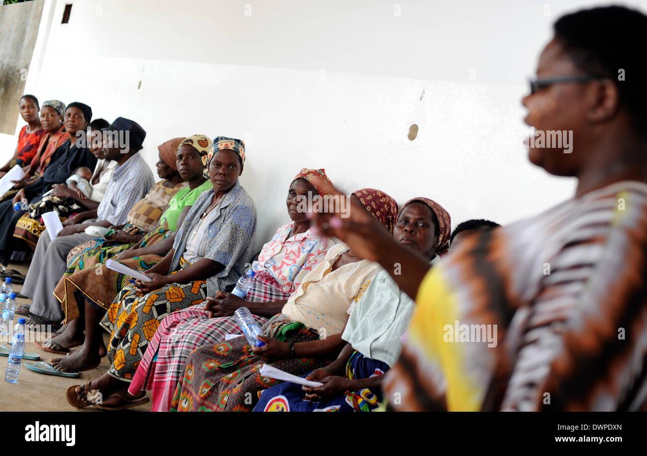 Maputo, Mozambico. 06 Mar, 2013. Le donne frequentano un parlare di diritti delle donne in Mozambico a Maputo, Mozambico, 06 marzo 2013. Il potere degli uomini è talmente dominante da madri single non è nemmeno ricevere alimenti da i figli dei loro padri. Foto: Britta Pedersen/dpa/Alamy Live News Immagini Stock
