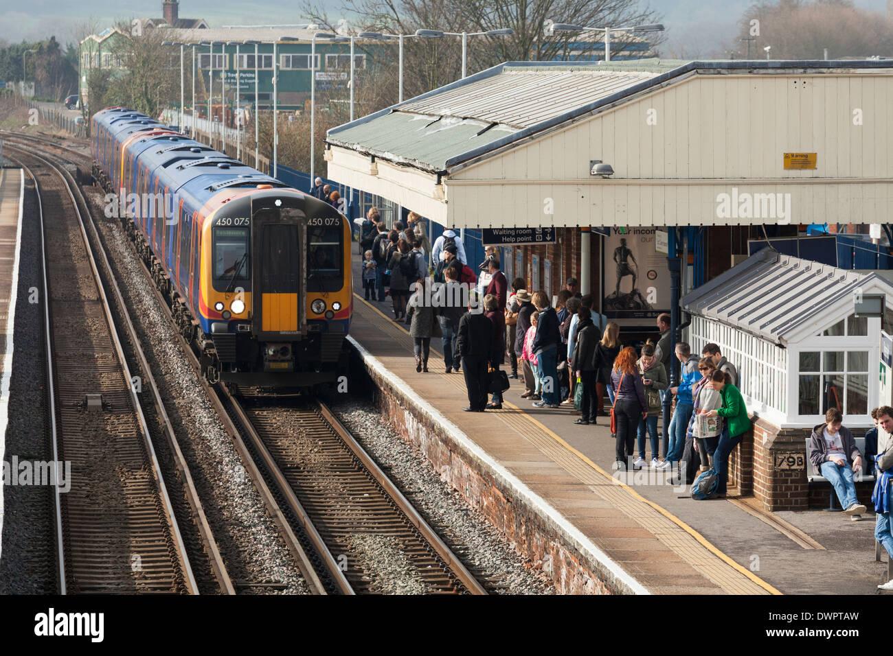 I passeggeri a bordo del treno in arrivo a Petersfield stazione ferroviaria. Immagini Stock
