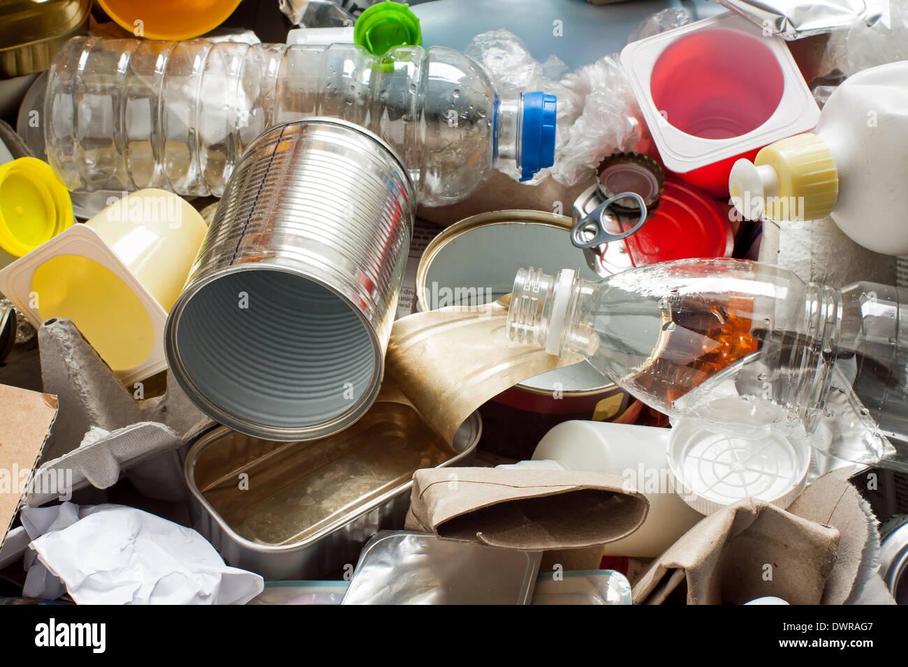 Riciclaggio rifiuti riutilizzabili e gestione dei rifiuti come metallo, plastica, vecchi prodotti di carta per essere riutilizzati Immagini Stock