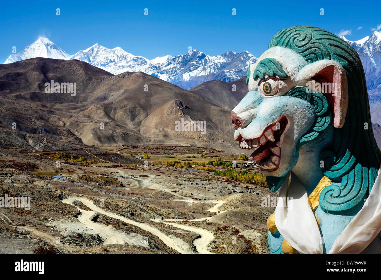 Antica scultura di Lion in Himalaya montagne del Nepal. Immagini Stock