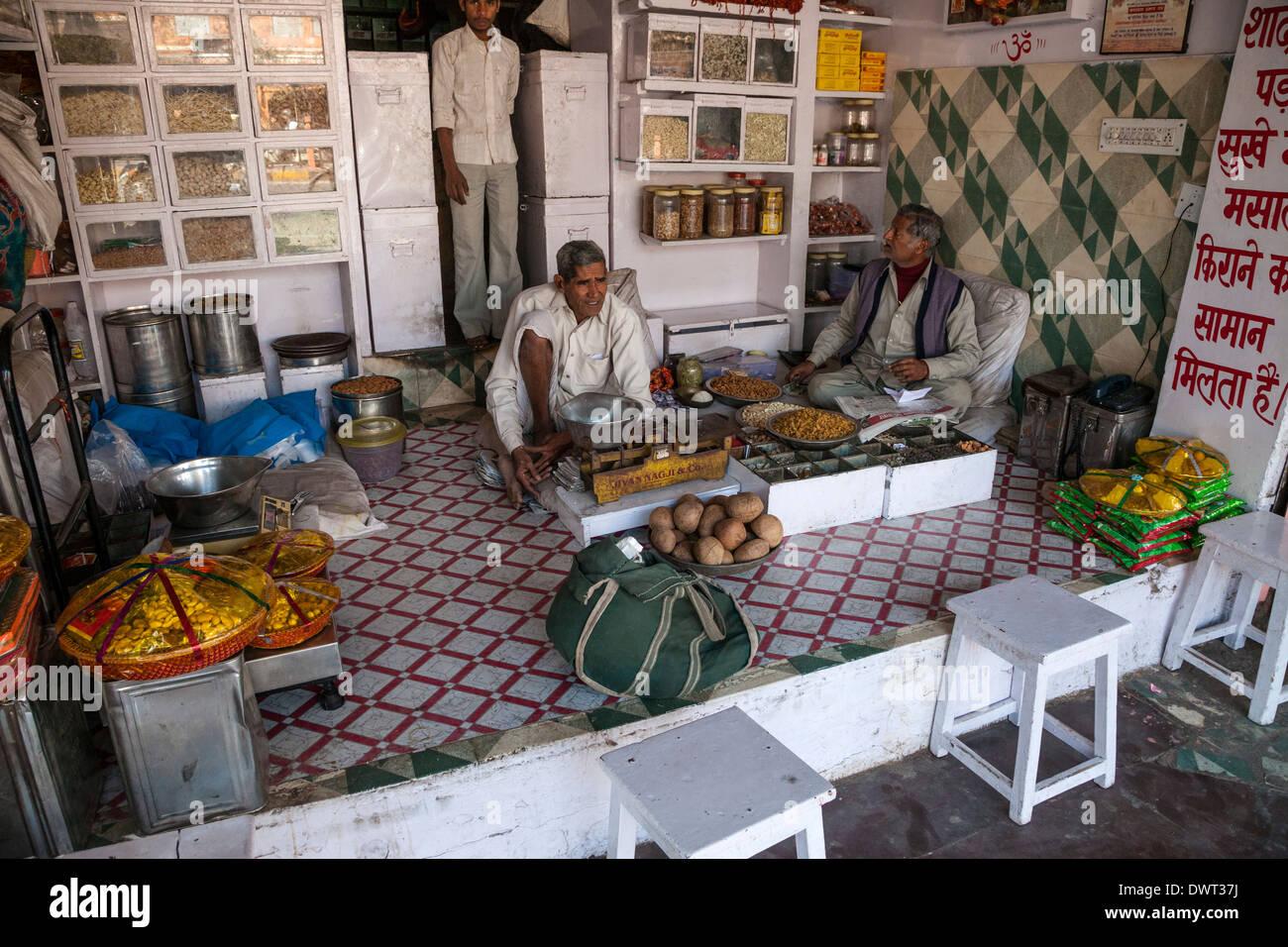 Jaipur, Rajasthan, India. Negozio di vendita di noci e frutta secca. Immagini Stock