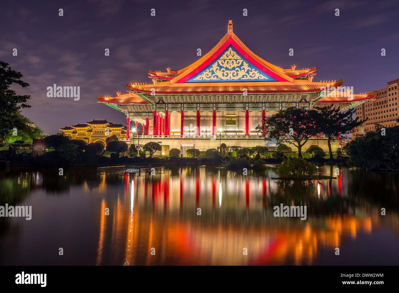 La National concert hall di notte a Taipei, Taiwan Immagini Stock