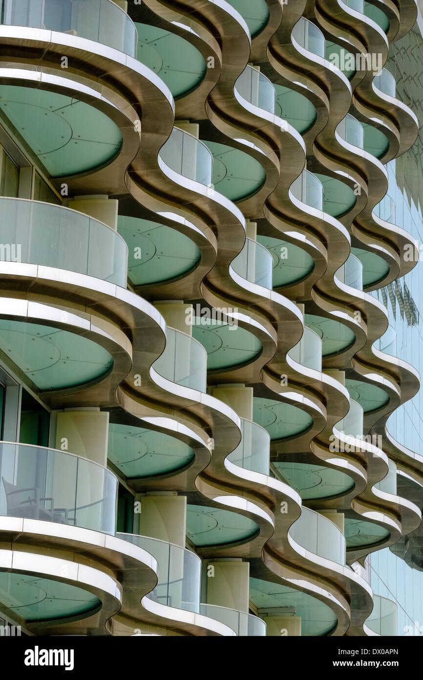 La moderna architettura della camera di albergo balconi al Meydan Hotel in Dubai Emirati Arabi Uniti Immagini Stock