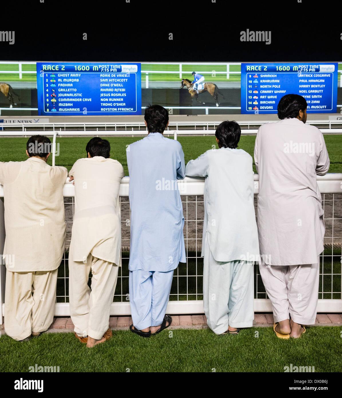 Gli spettatori a horse racing incontro presso Al Meydan Racecourse di notte in Dubai Emirati Arabi Uniti Immagini Stock