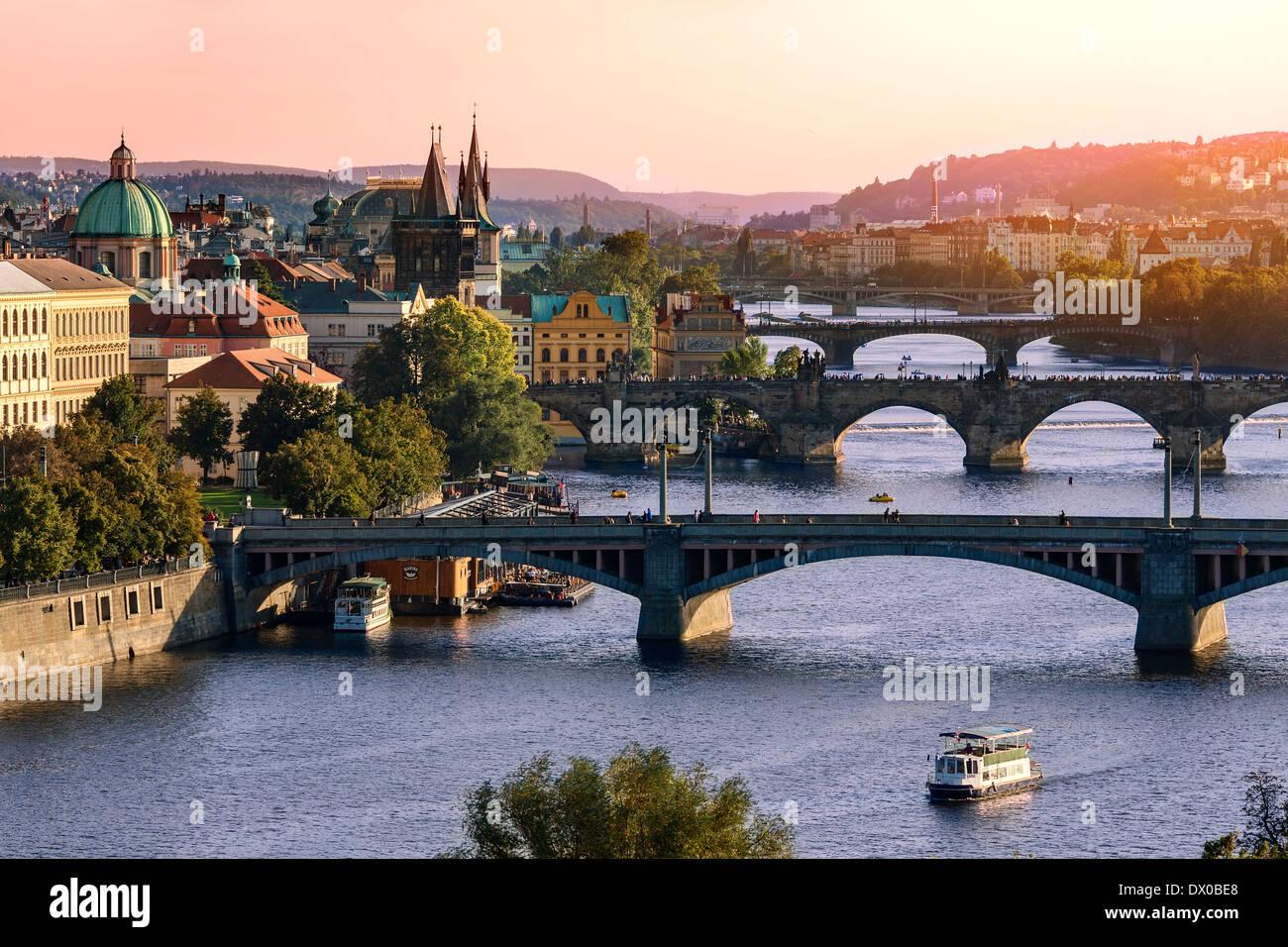 Nel corso del fiume Vitava e il ponte di Carlo e ponti di Praga. Immagini Stock