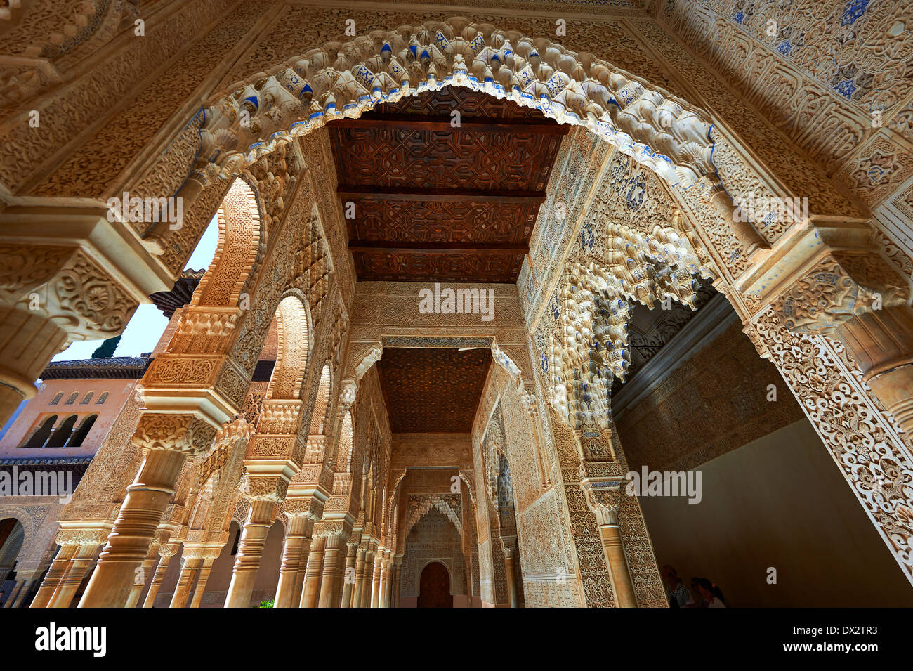 Arabesque architettura moresca del Patio de Los Leones (Corte dei leoni) i Palacios Nazaries, Alhambra. Granada, Spagna Immagini Stock