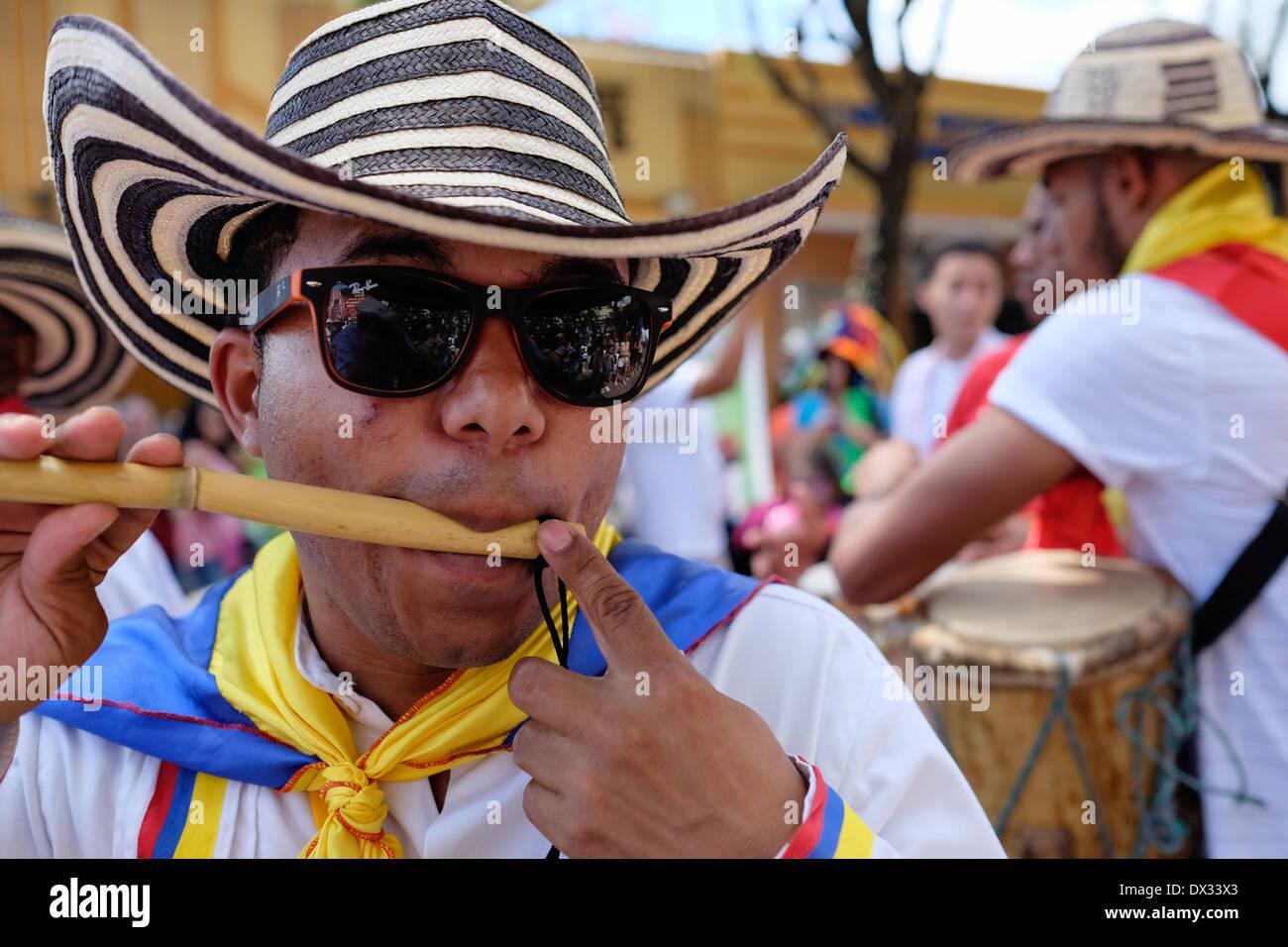 MIAMI - Marzo 9, 2014: Ritratto di strada colombiano giocatore durante la trentasettesima Calle Ocho festival, un evento annuale che si svolge in otto Street in Little Havana con molta musica, cibo ed è il più grande partito in città che celebra eredità ispanica. Immagini Stock