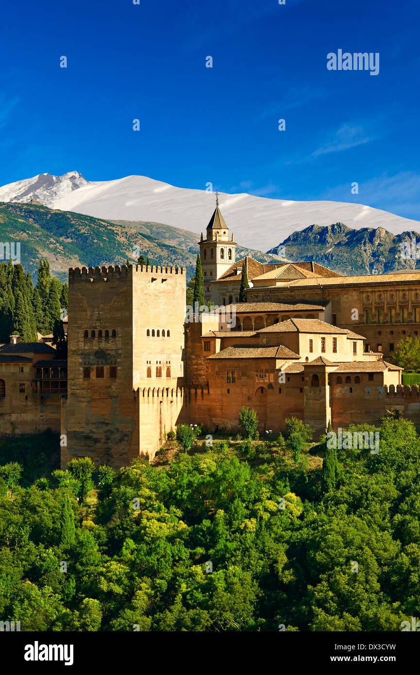 Vista del islamico Moresco Alhambra Palace complesso e fortificazioni. Granada, Andalusia, Spagna. Immagini Stock