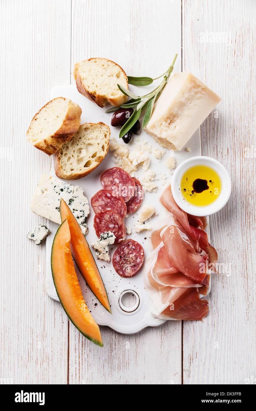 Antipasti prosciutto, formaggio, melone, olio d'oliva e di aceto balsamico Immagini Stock