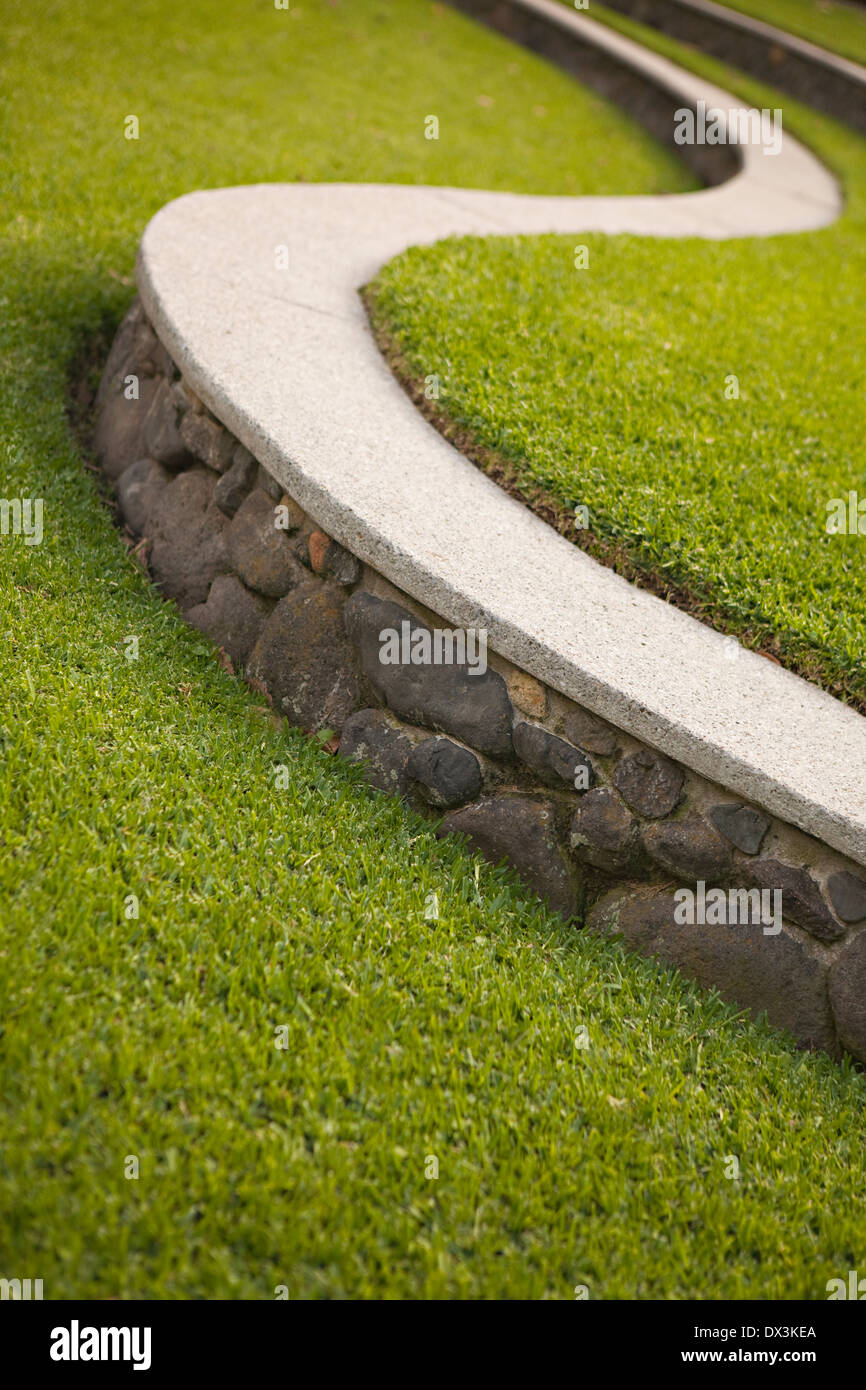 S-sporgenza sagomata lungo paesaggistici di erba verde, inclinazione Immagini Stock