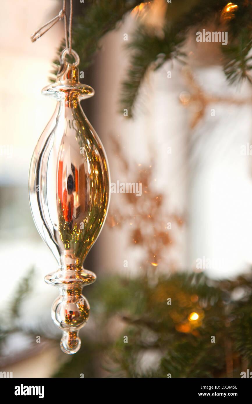 Ornamento Argento appeso su albero di Natale, close up Immagini Stock