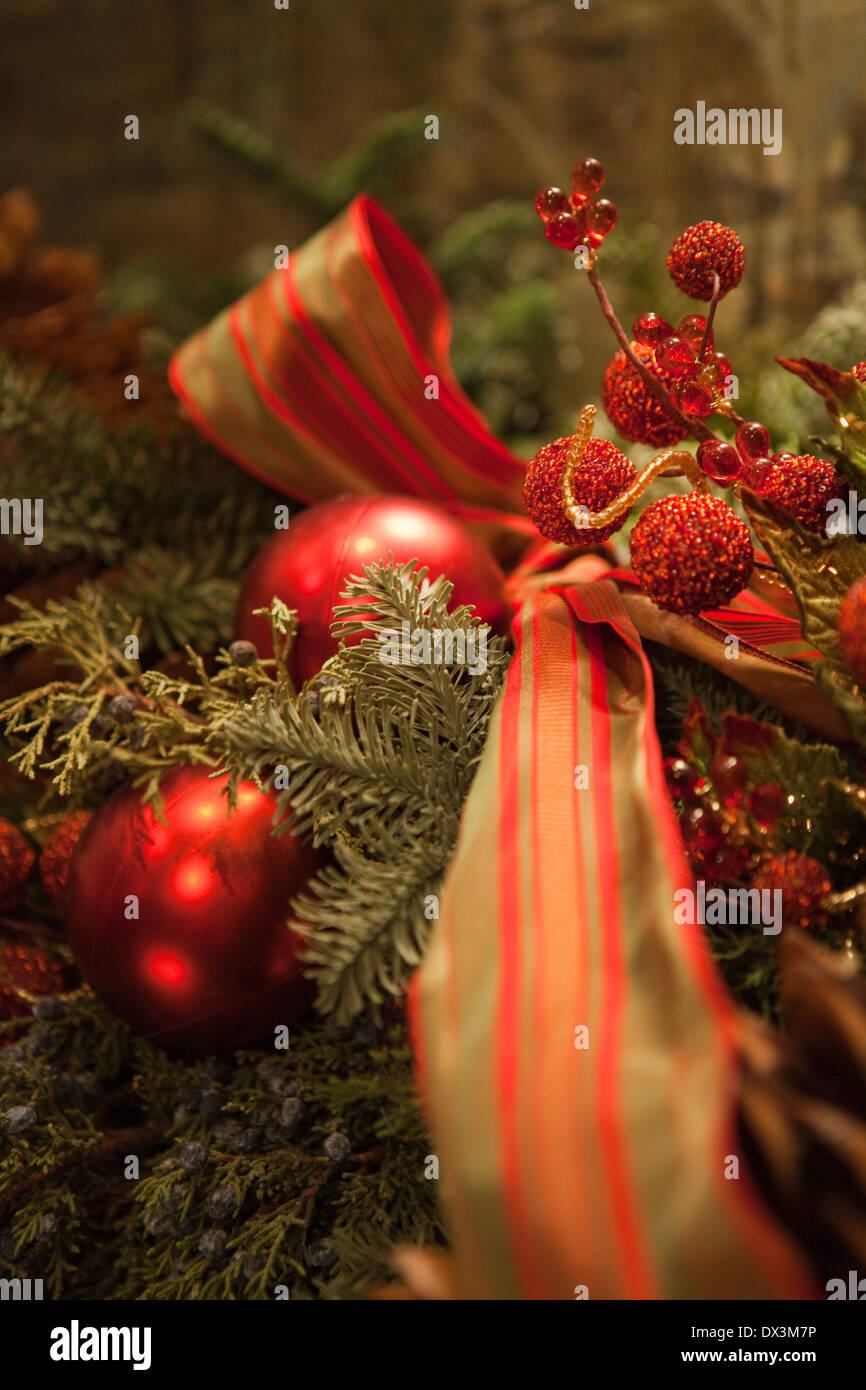Il verde e il rosso della ghirlanda di Natale con ornamenti Immagini Stock