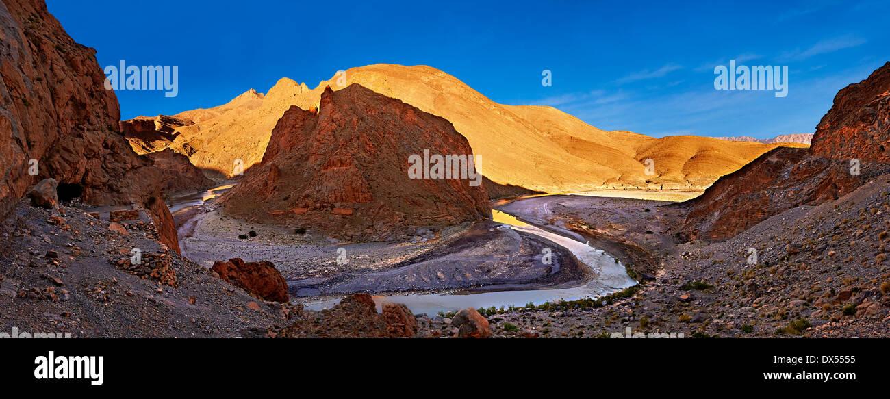 Il fiume Ziz il taglio il suo modo attraverso una gola nel montagne vicino al Tunnel Legionaires, Marocco Immagini Stock