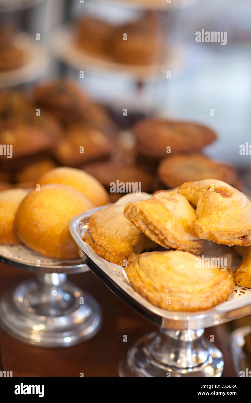 La pasticceria sul display nella finestra di panetteria, close up, inclinazione Immagini Stock