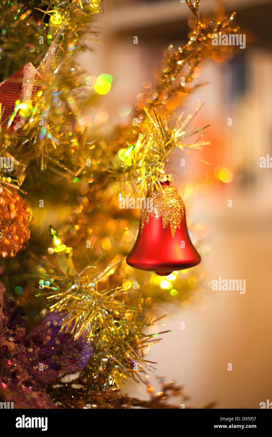 Red bell ornamento appesa su albero di Natale, close up Immagini Stock
