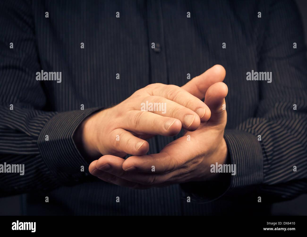 Uomo che esprimono il loro apprezzamento battendo le mani Immagini Stock