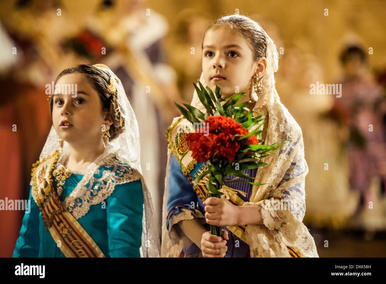Valencia, Spagna. Marzo 18th, 2014: un po' di Fallera offre finalmente il suo bouquet di fiori alla Vergine e mani oltre ad essere collocato in corrispondenza delle vergini dell'immagine. Credito: matthi/Alamy Live News Foto Stock