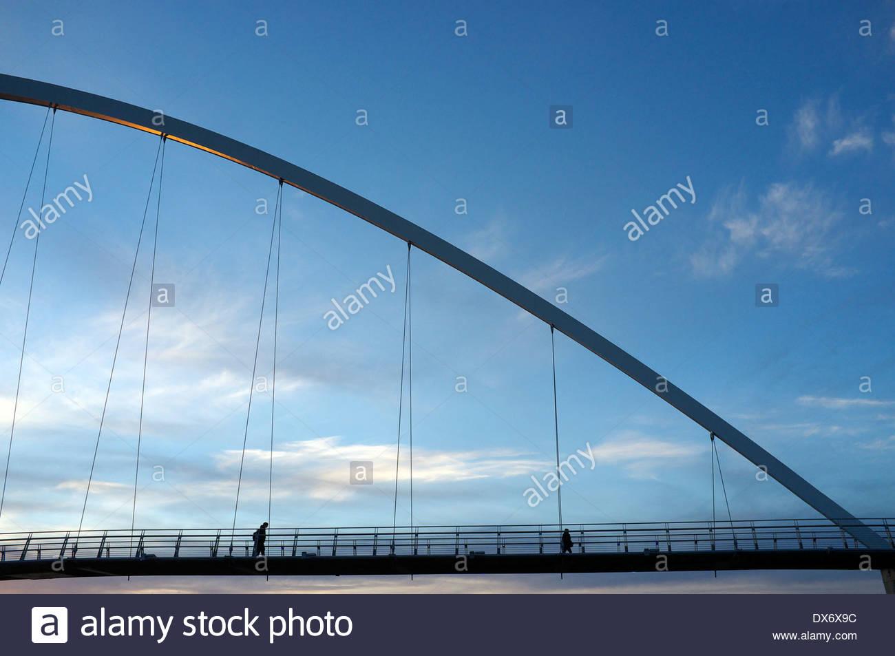 La Infinity Bridge (con un accenno di sole di sera su di esso) in Stockton-on-Tees, a nord-est dell' Inghilterra, Regno Unito. Foto Stock