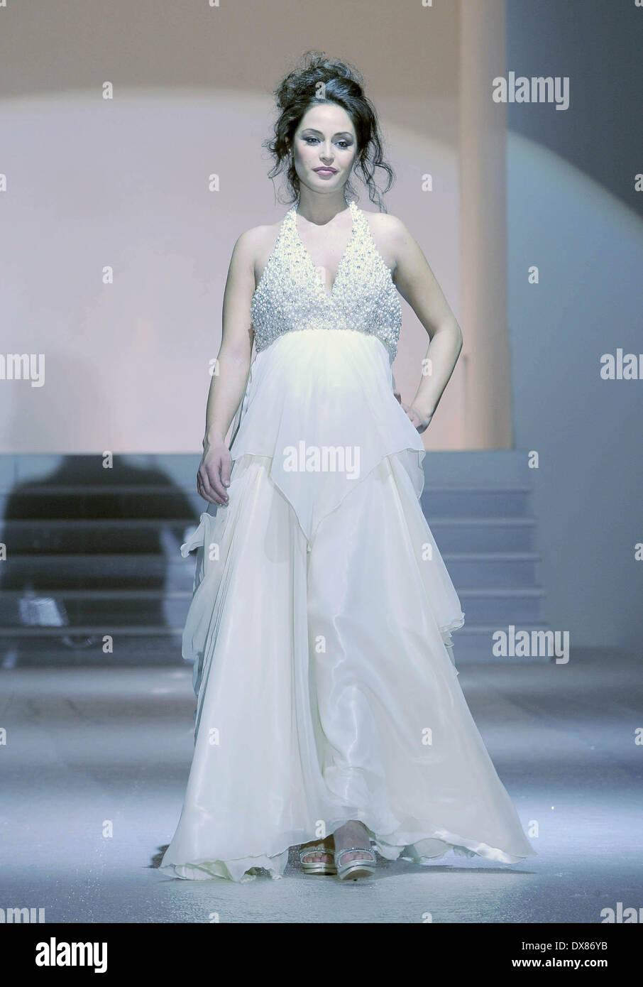 Raffaella Fico modelli un abito da sposa in passerella per il marchio di  moda