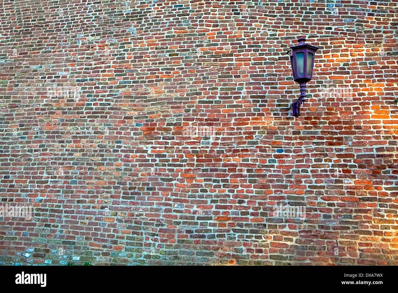 Lanterna su un muro di mattoni, sfondo pattern Immagini Stock