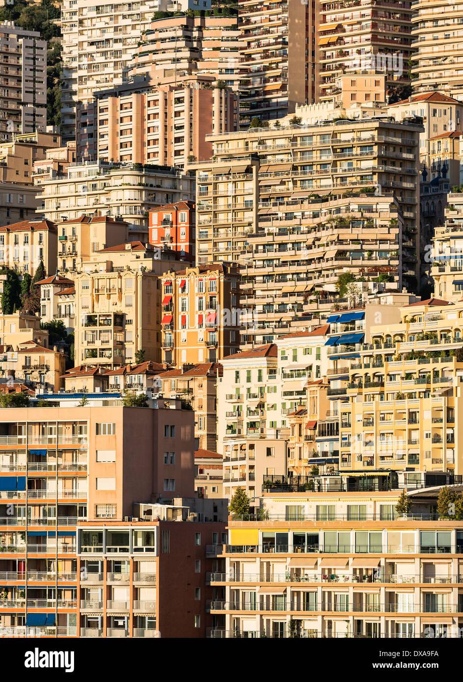 Cluster ad alta densità di edifici della città di notte. Immagini Stock