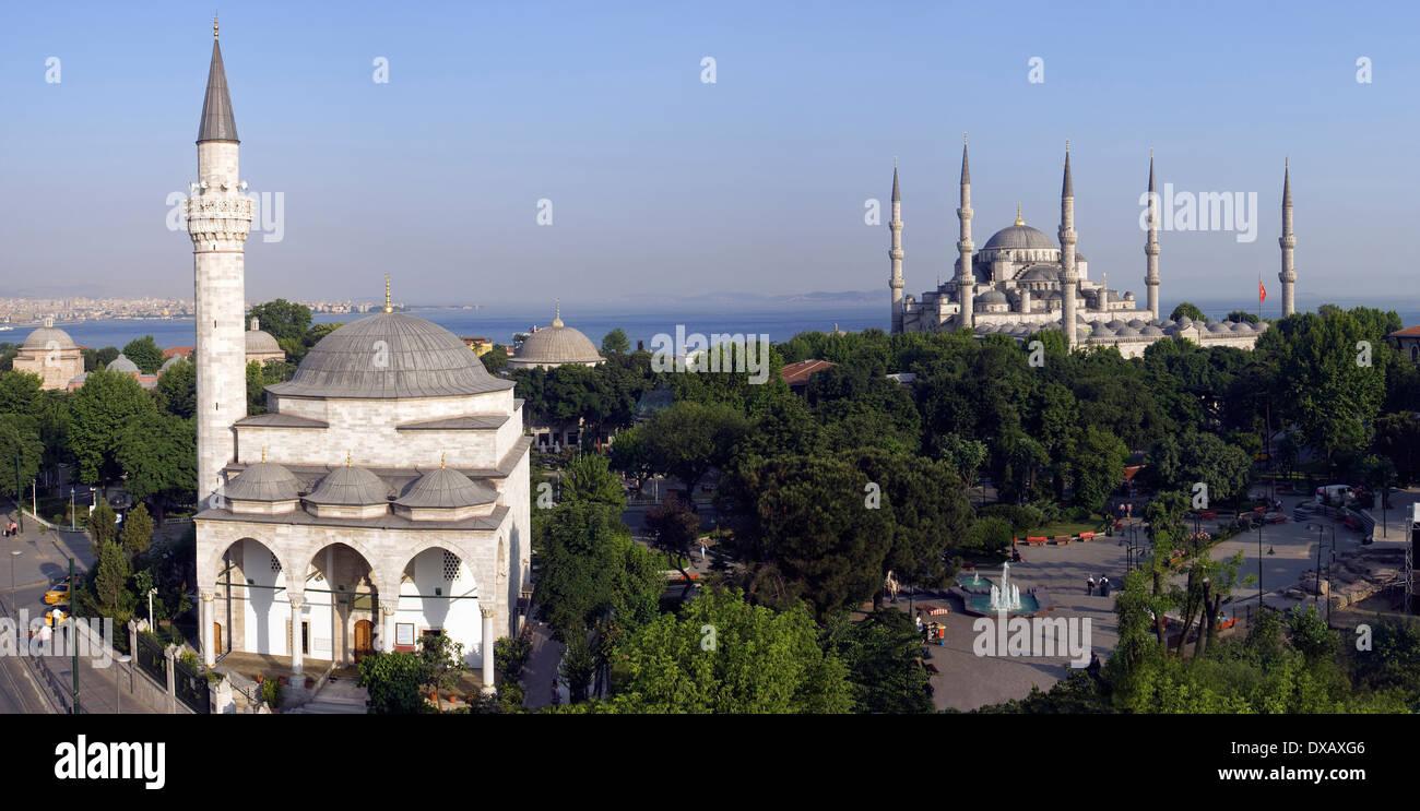 Sulla piazza di Sultanahmet e la Moschea Blu, Istanbul, Turchia. Foto Stock