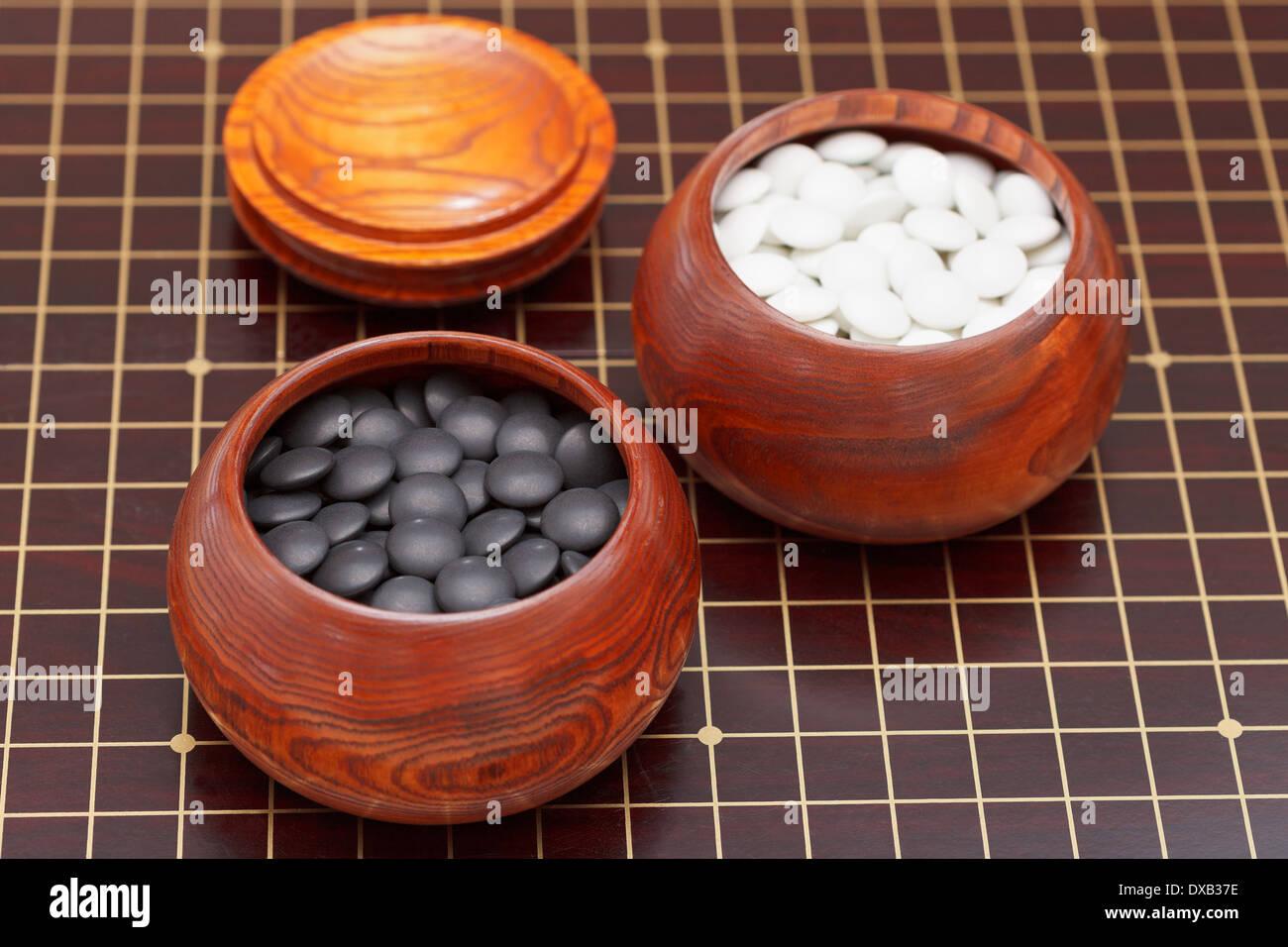 buy online 44a6b 2ba69 Bianco e nero gioco go pietre in ciotola di legno Foto ...